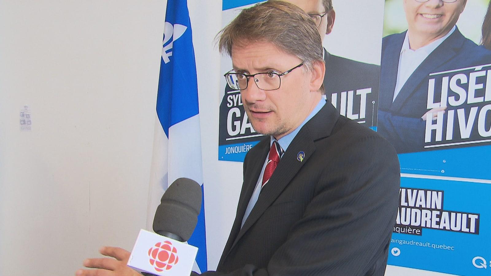 Sylvain Gaudreault en entrevue devant ses affiches électorales