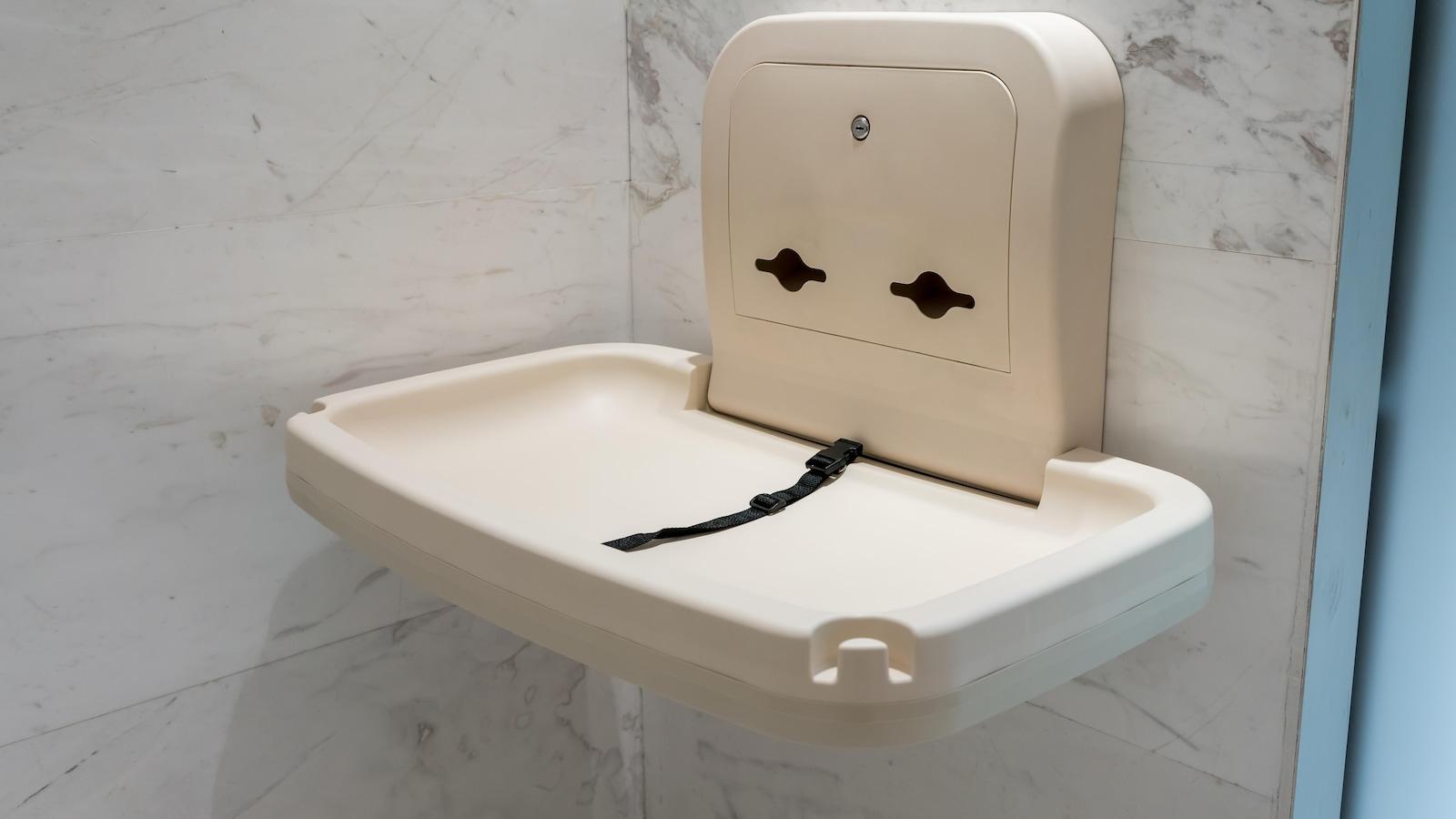 Une table à langer dans une toilette publique