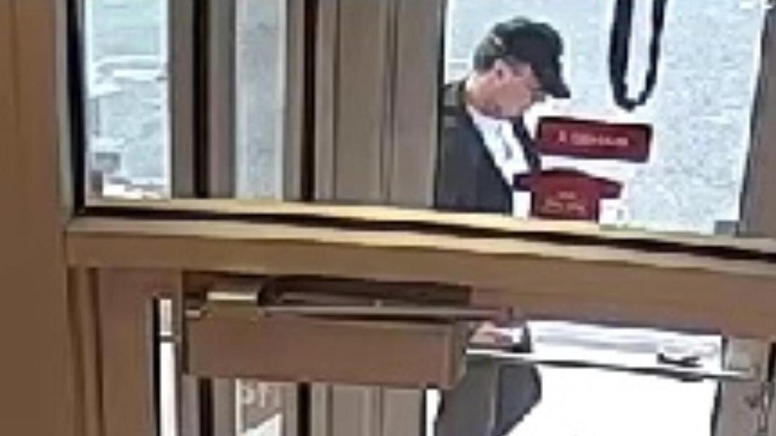 Image d'une caméra de surveillance où on voit le témoin recherché.