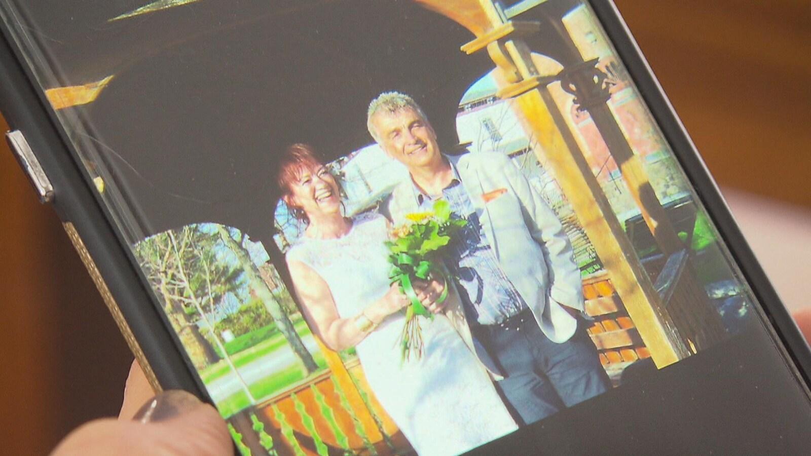 Une photo de mariage du couple