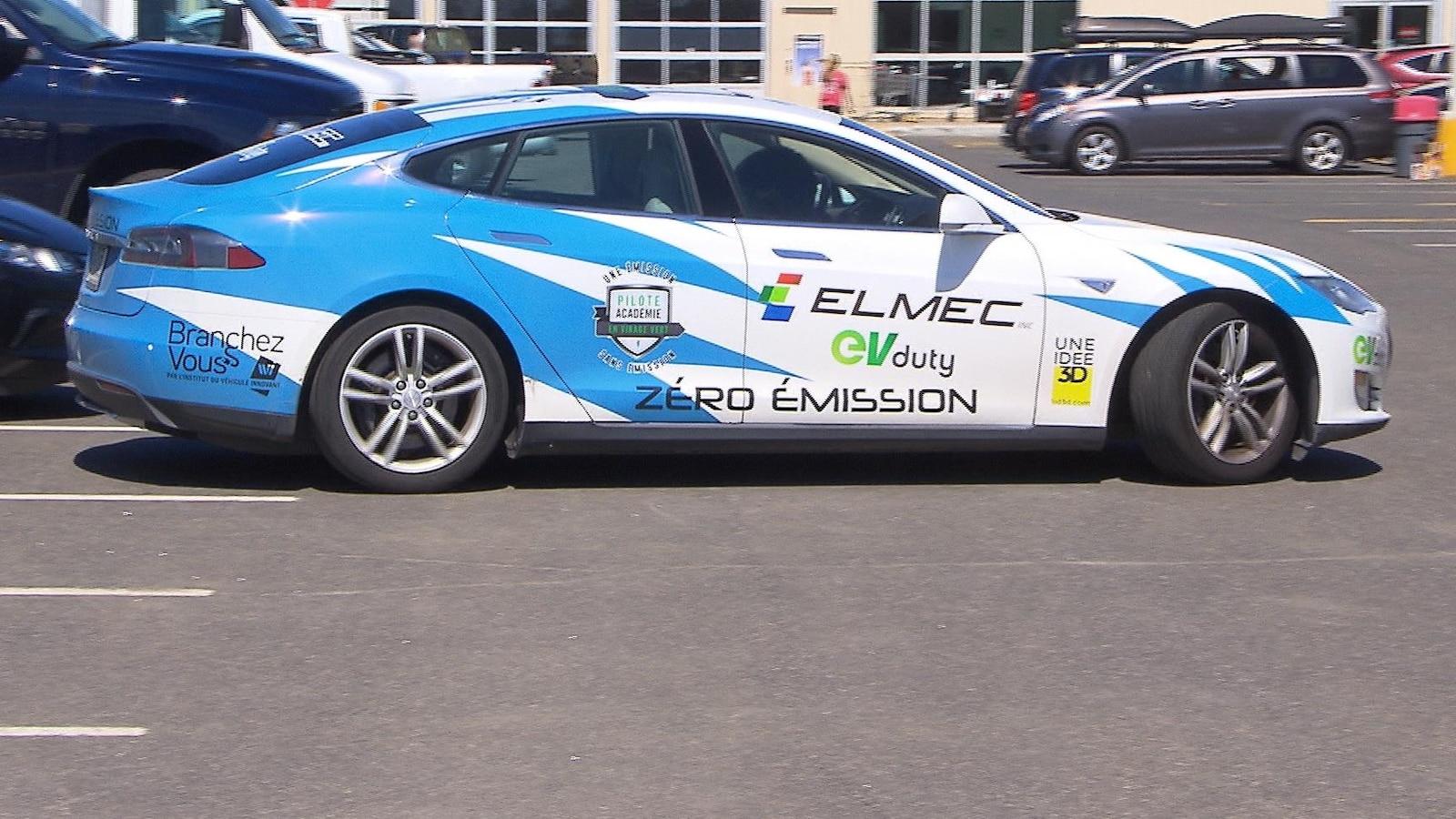 Une Tesla électrique.