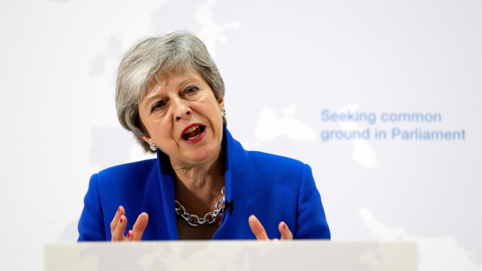 Mme May s'exprime devant une carte de l'Europe.