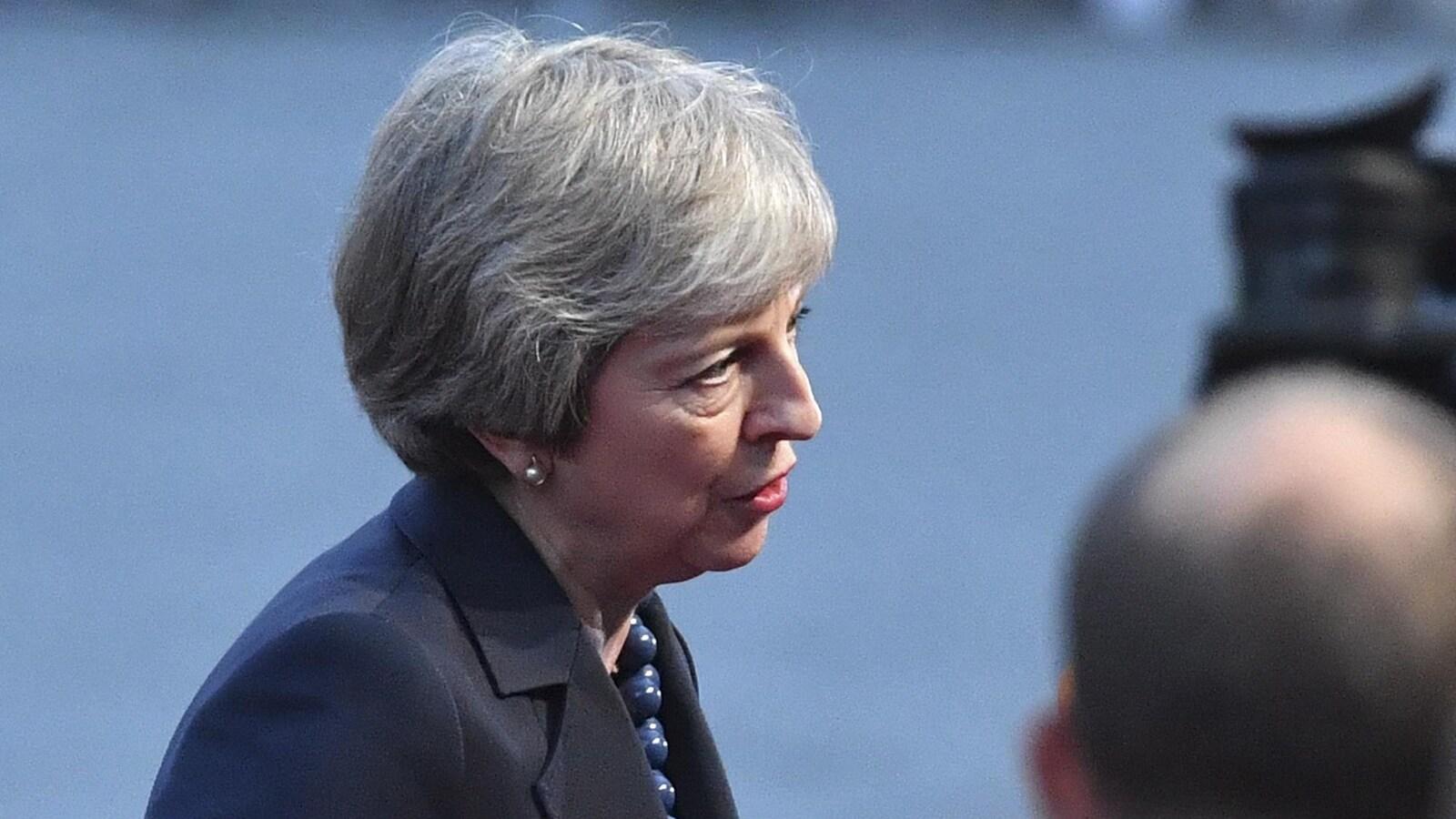 La première ministre britannique Theresa May répond aux journalistes à son arrivée au sommet informel de l'UE à Salzbourg, en Autriche, le mercredi 19 septembre 2018.