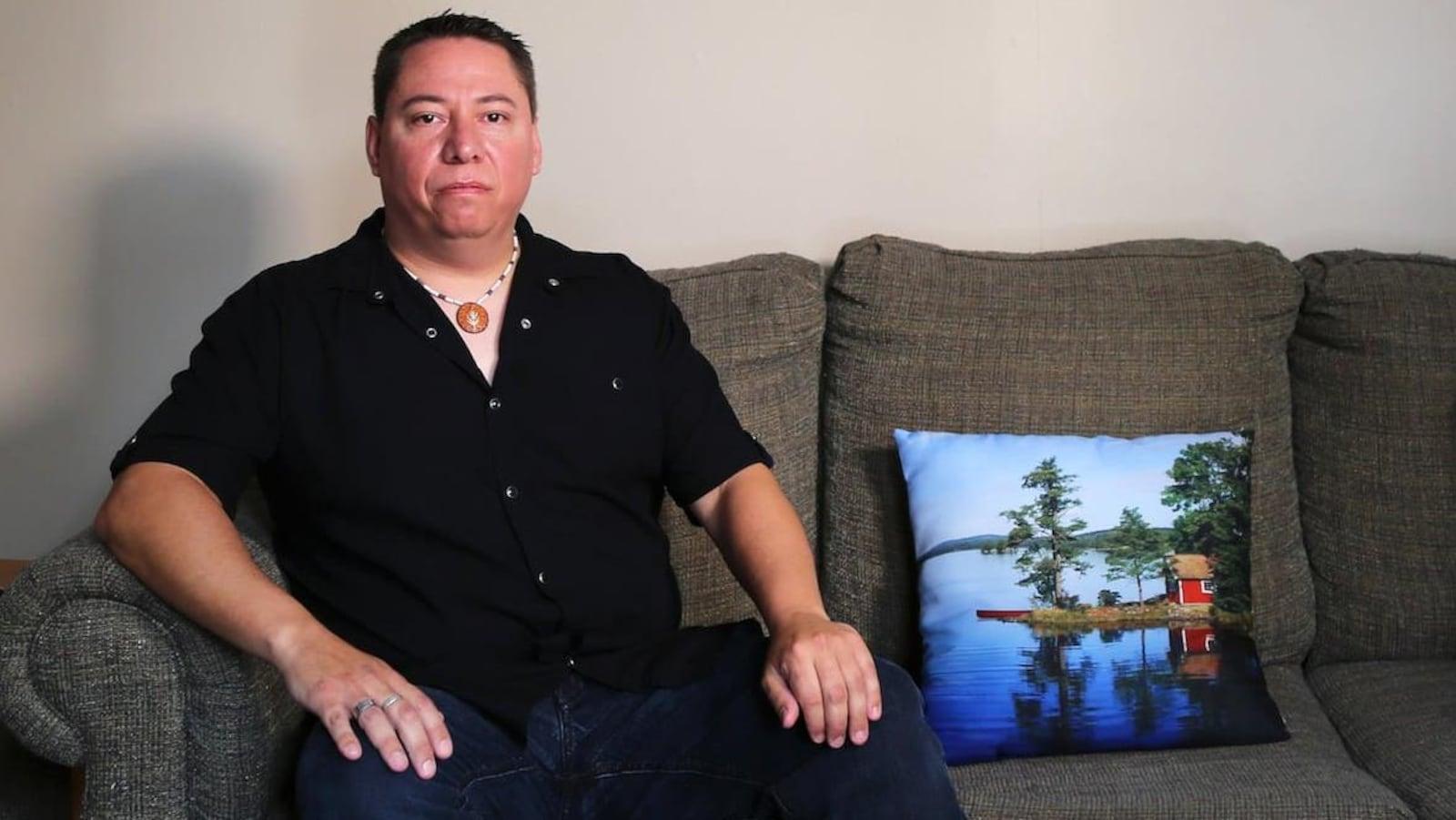 Tim Hogan en entrevue télé chez lui.