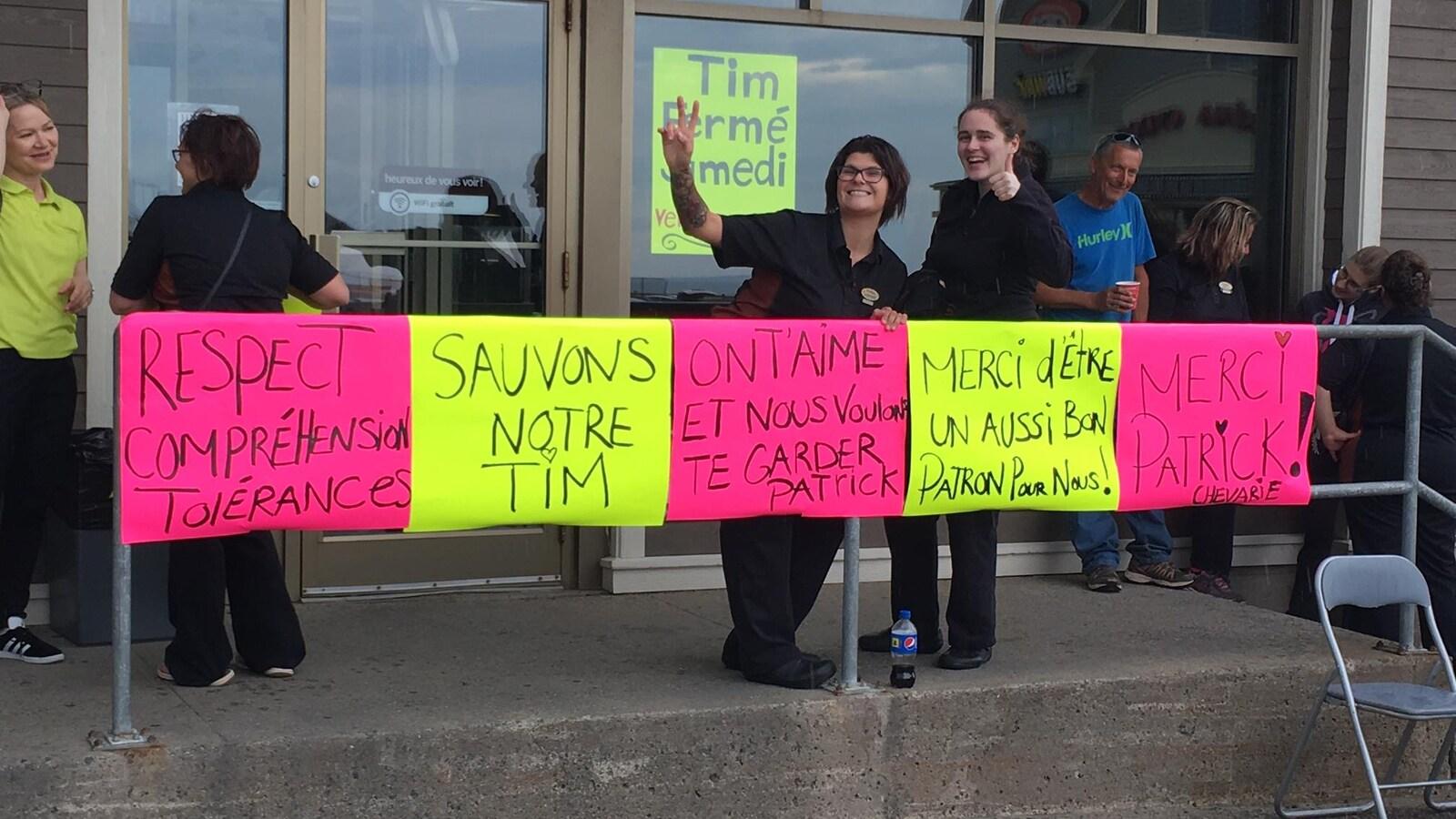 Les employés du restaurant Tim Hortons de Cap-aux-Meules ont voulu sensibiliser la population à l'importance du respect.
