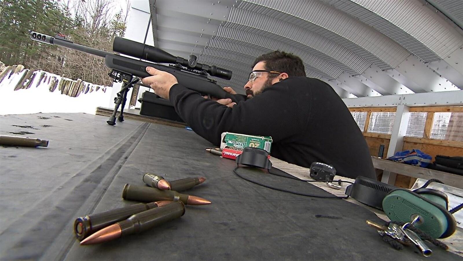 Un tireur dans un champ de tir.