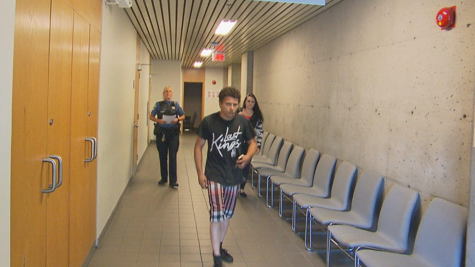 Tommy Bouchard marche dans un couloir du palais de justice.
