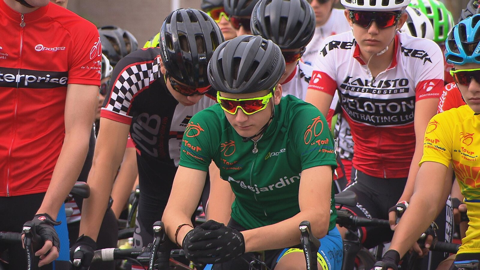 De jeunes cyclistes attendent le départ.