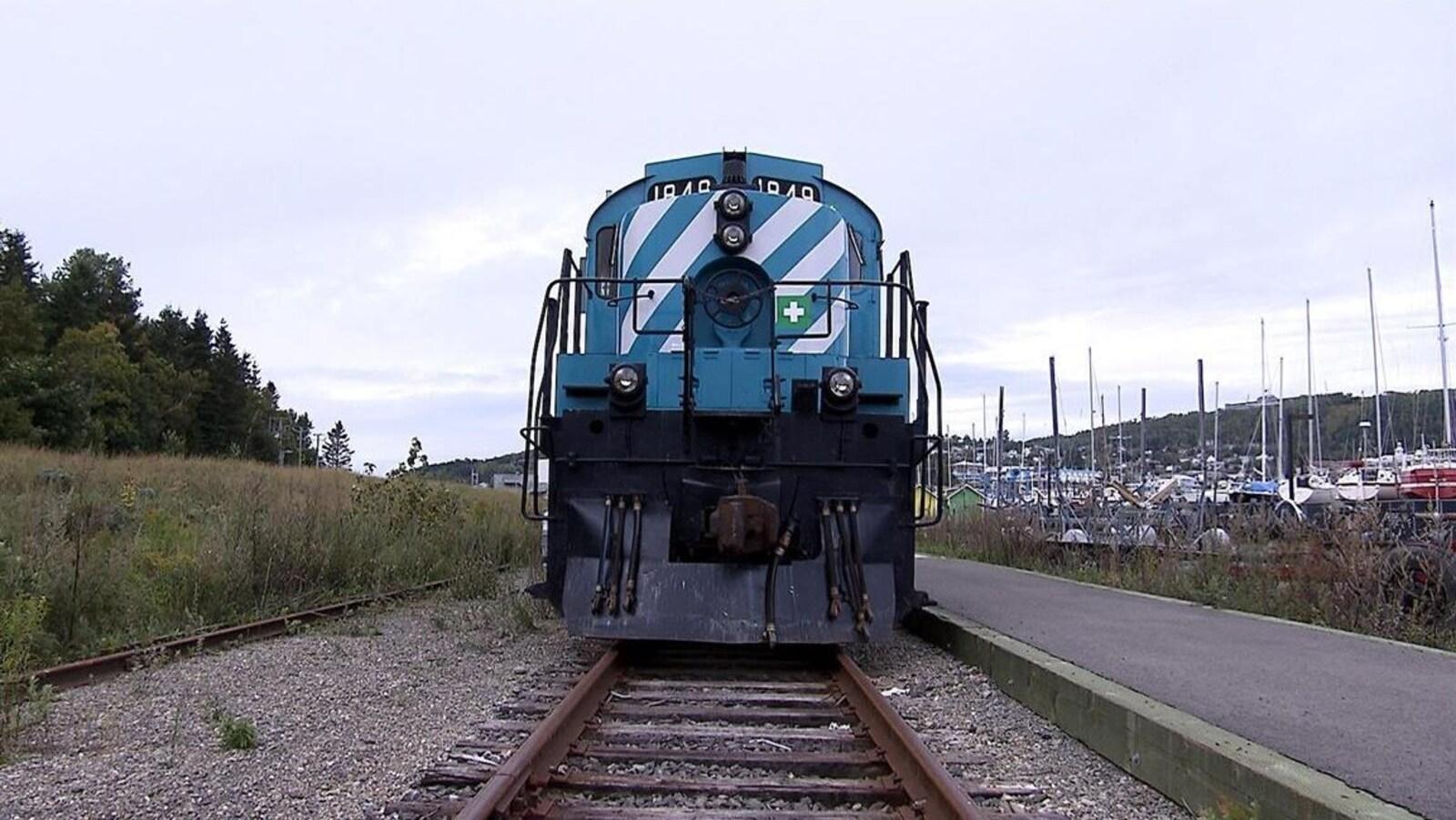 Vue avant d'une locomotive sur les rails
