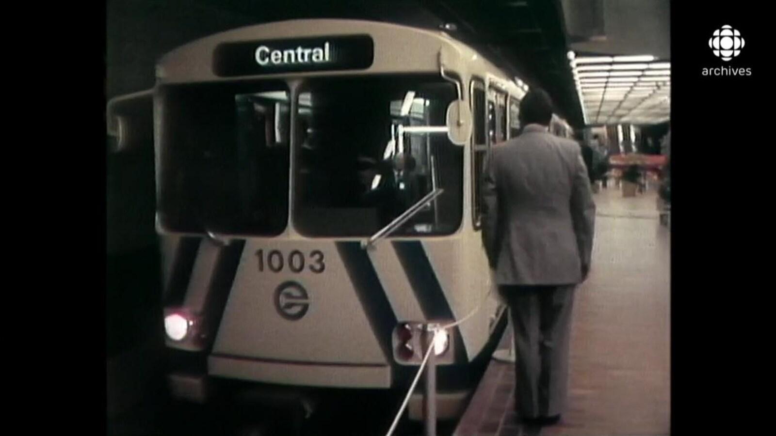 Wagon de tête du train léger avec un cordon sur le bord de la rame du métro.