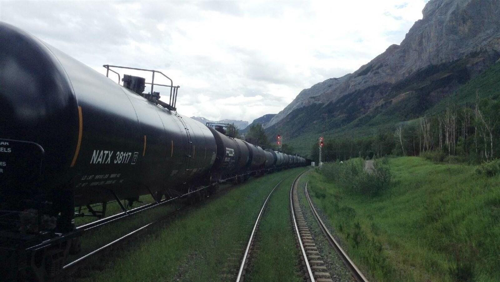 Des wagons transportant du pétrole traversent les Rocheuses en direction de la côte ouest.