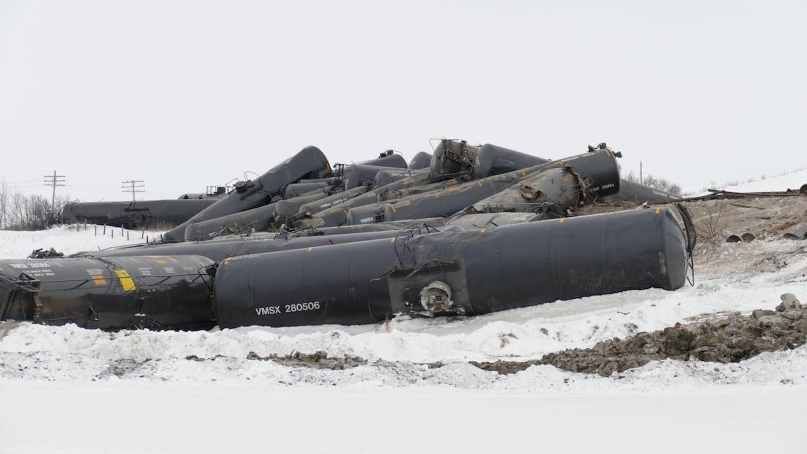 Des wagons de pétrole couchés au sol après avoir déraillé.