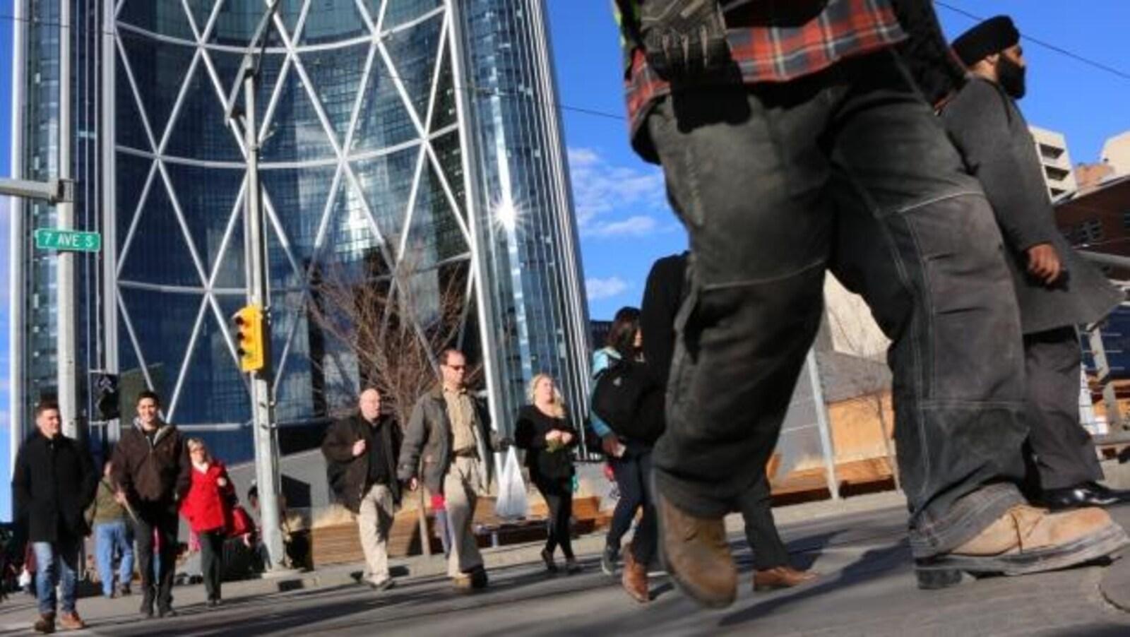 Des personnes qui marchent dans le centre-ville de Calgary.