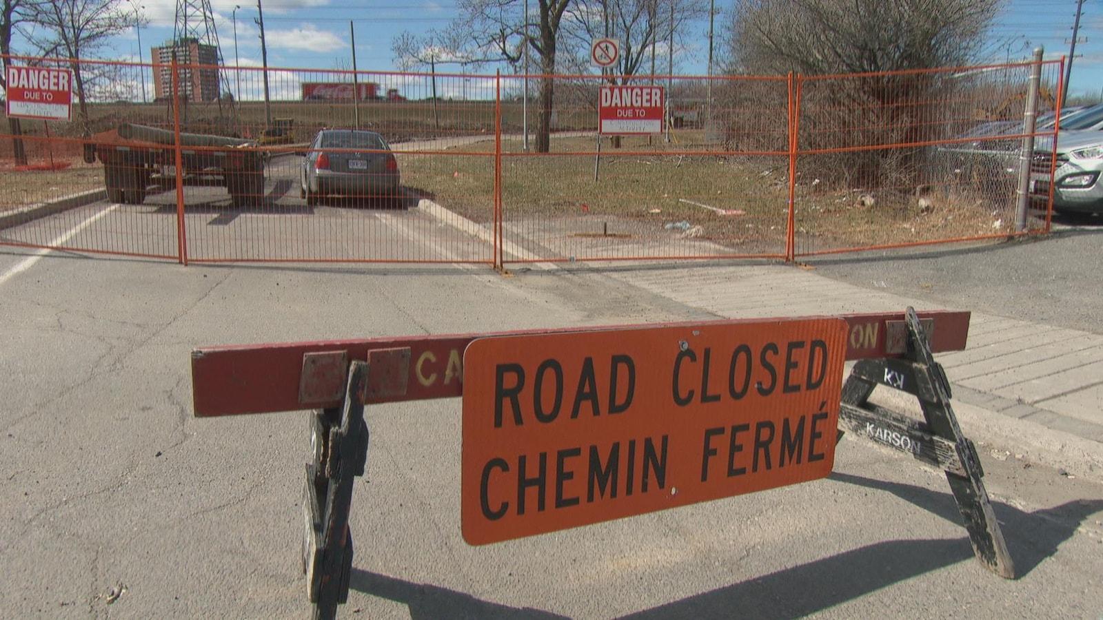 Une affiche indique qu'un chemin est fermé.