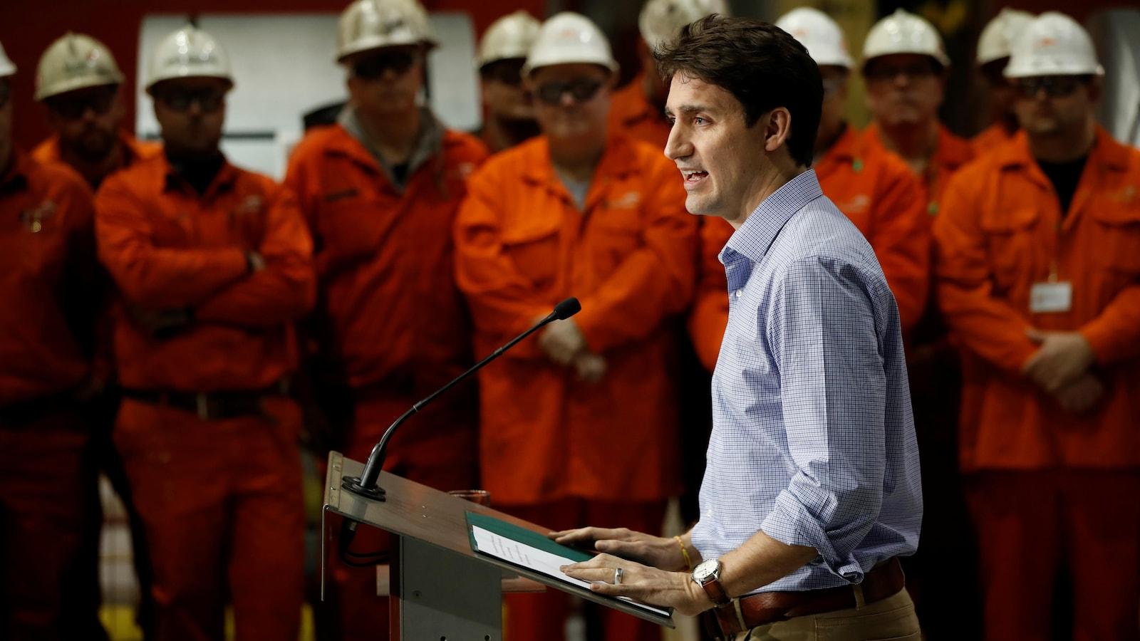 Justin Trudeau participe à une conférence de presse devant des travailleurs de l'acier, à Hamilton.