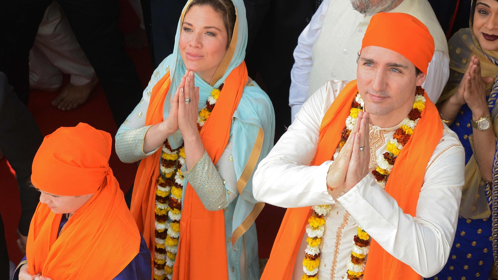 Sophie Grégoire et Justin Trudeau portent des costumes traditionnels indiens.
