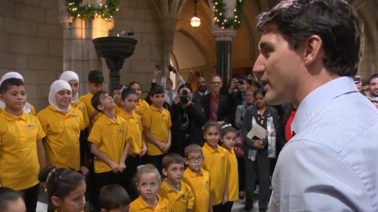Justin Trudeau parle à un groupe d'enfants
