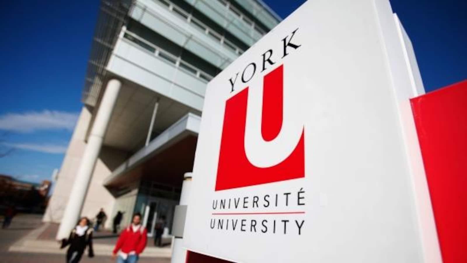Photo d'étudiants marchant près de l'enseigne de l'Université York.