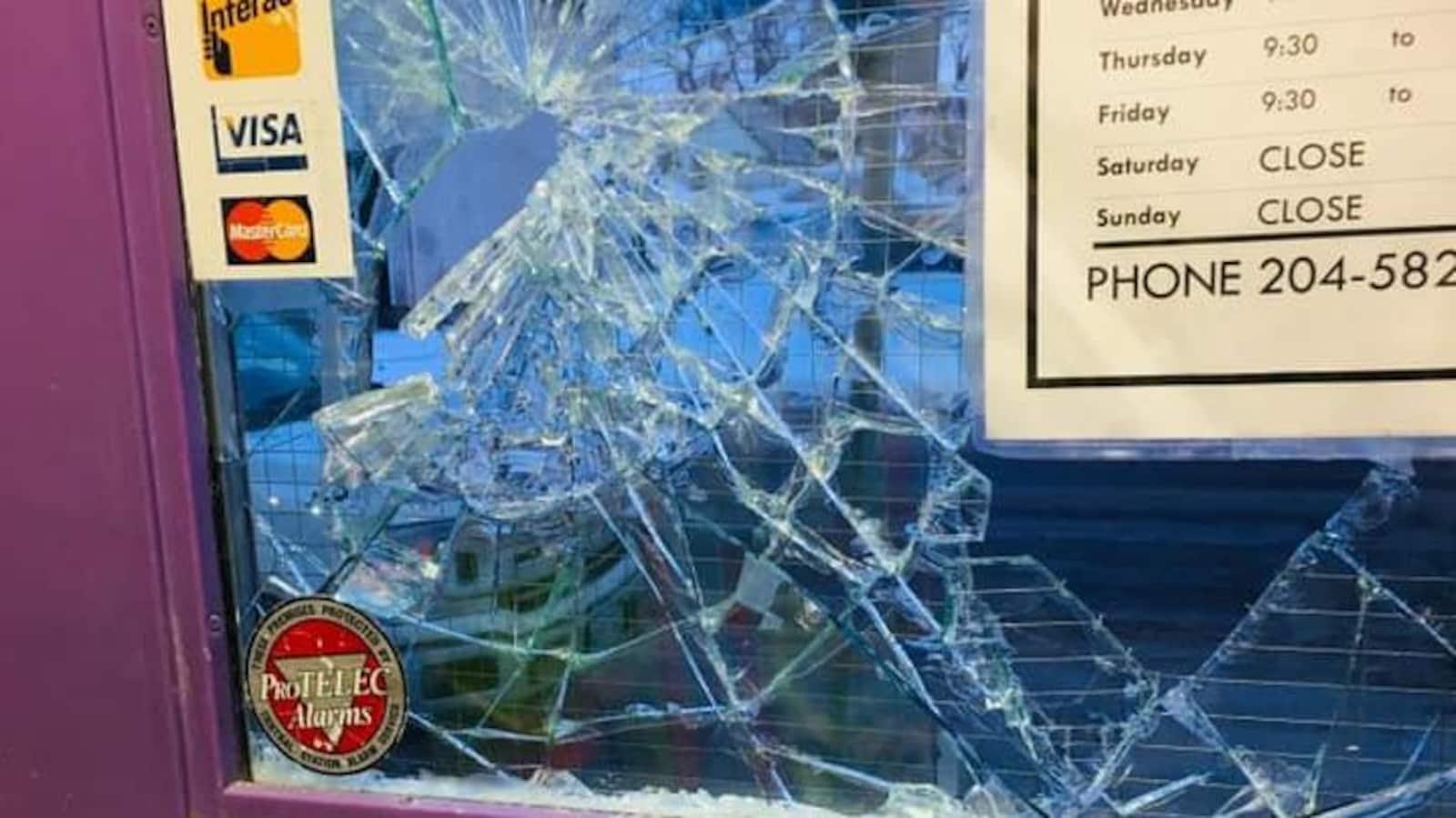 La fenêtre de la porte du magasin Up Shoppe est cassé