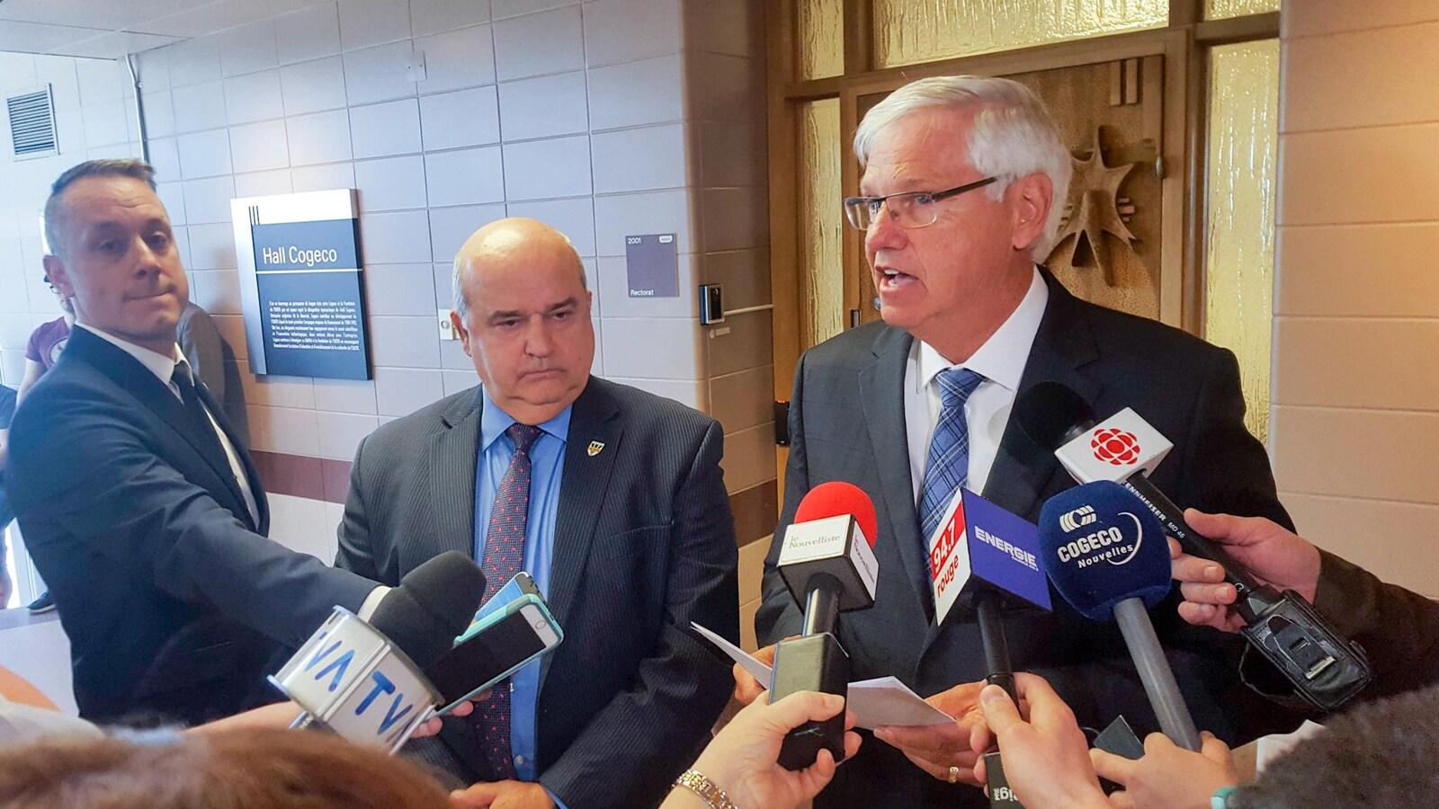 Le président du conseil d'administration de l'Université du Québec à Trois-Rivières (UQTR), Robert Ricard, et le recteur de l'Université, Daniel McMahon.