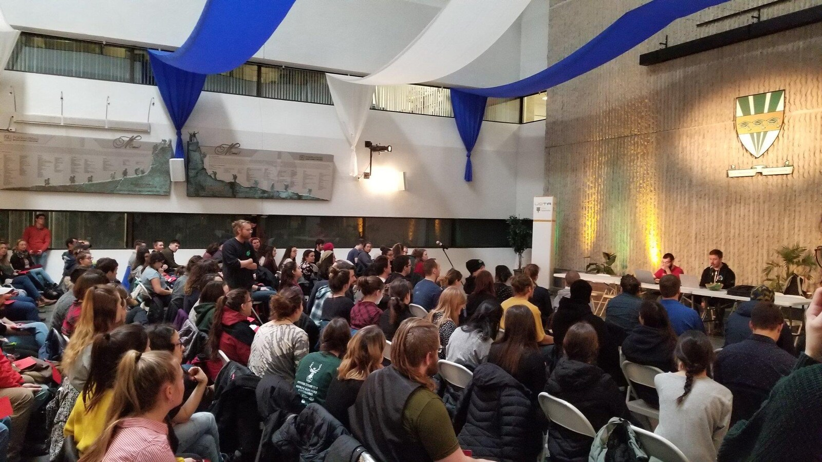 Étudiants réunis dans une salle avec le logo de l'UQTR