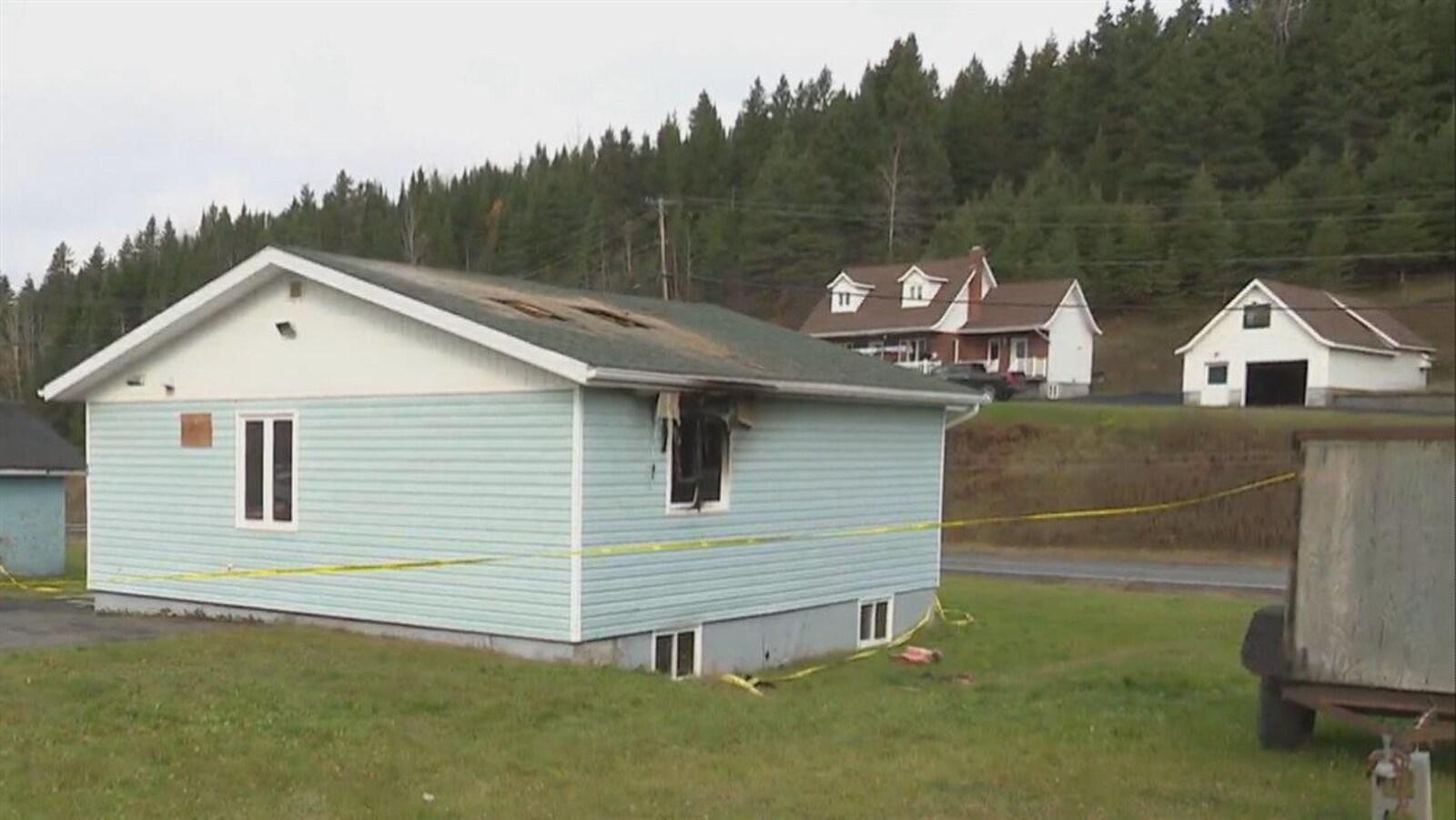 La petite maison en milieu rural porte les marques d'un incendie