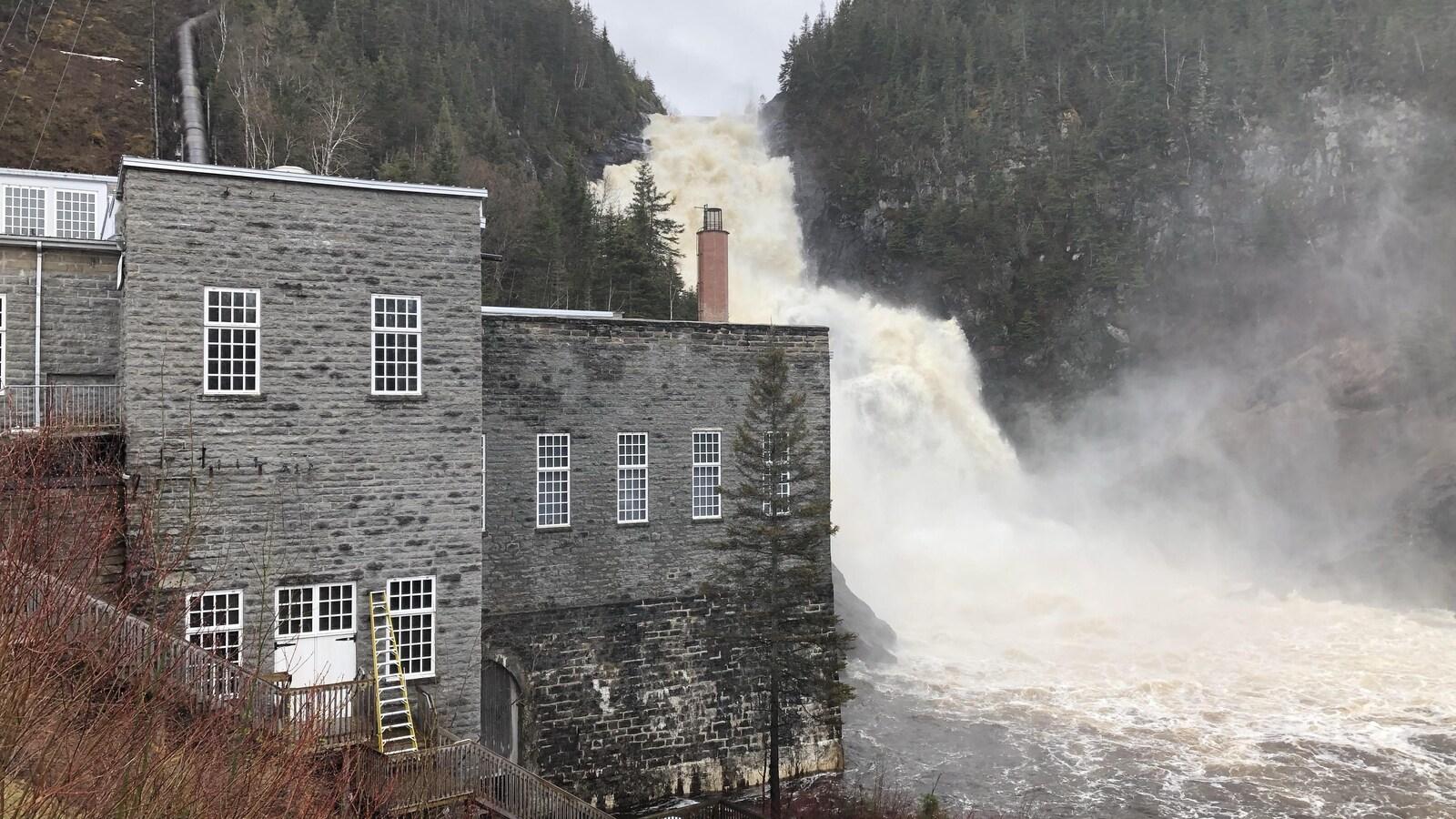 Le bâtiment historique et la chute de Val-Jalbert.