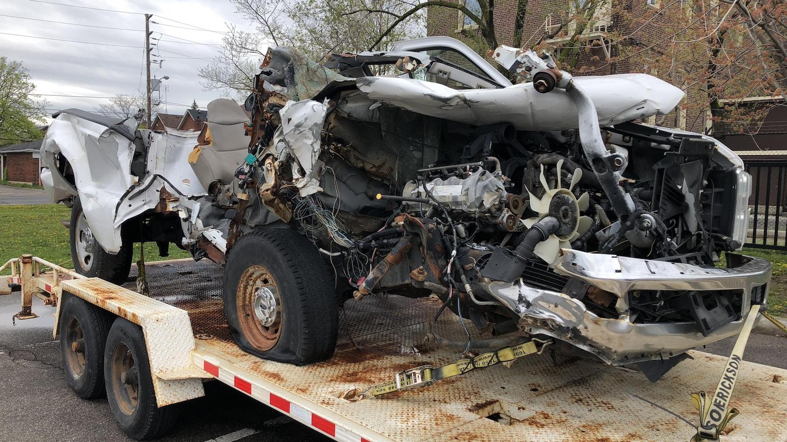 Gros plan sur un amas de ferraille qui a autrefois été une camionnette... Le conducteur textait au volant.