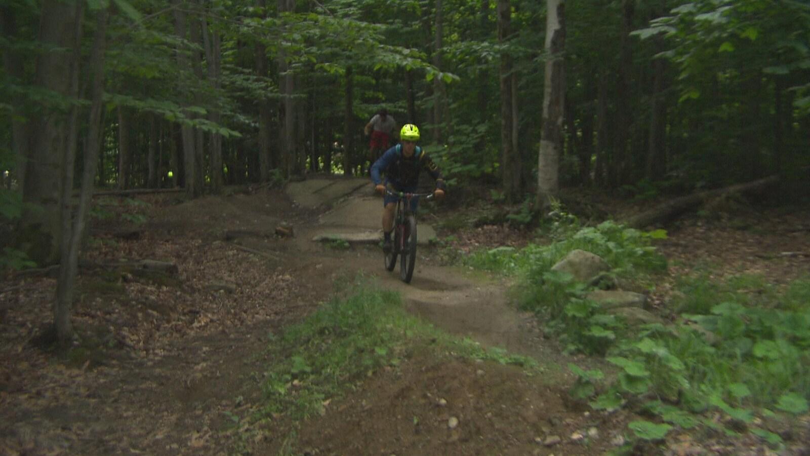 À Sherbrooke, une pétition circule pour permettre l'usage du vélo de montagne sur le mont J.-S Bourque.