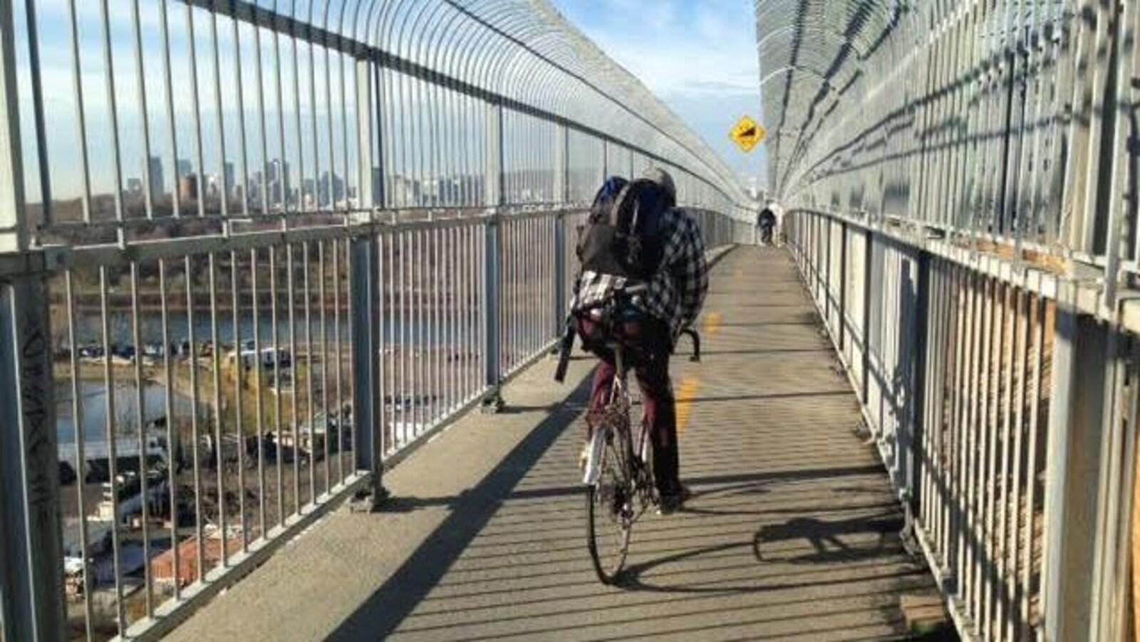 Un cycliste circulant sur la piste multifonctionnelle du pont Jacques-Cartier.