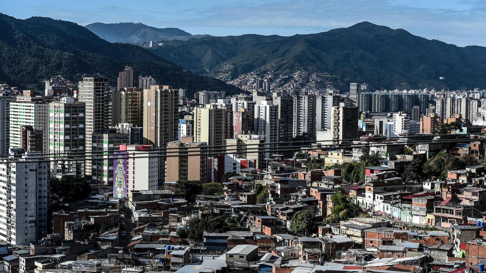 Une vue aérienne d'immeubles de Caracas.