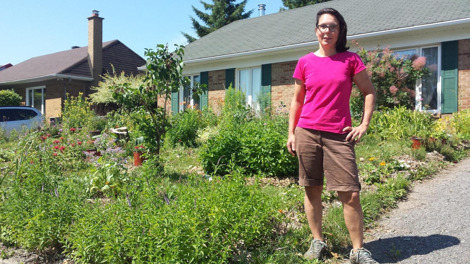 Véronique Chapier veut conserver ses plantes potagères devant sa maison.