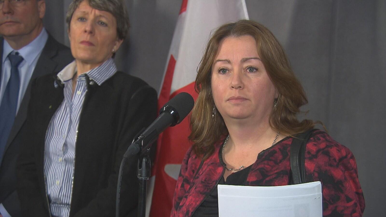 Vicky-May Hamm, présidente de la Fédération canadienne des municipalités répond aux questions des journalistes en marge de sa rencontre avec les Libéraux fédéraux de passage à Sherbrooke. En arrière-plan, Josée Fortin, présidente de Sherbrooke Innopole