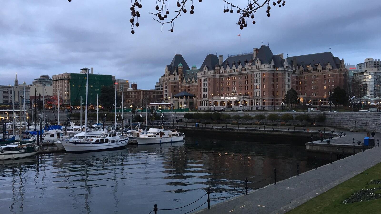 Une vue d'une marina et d'édifices anciens.