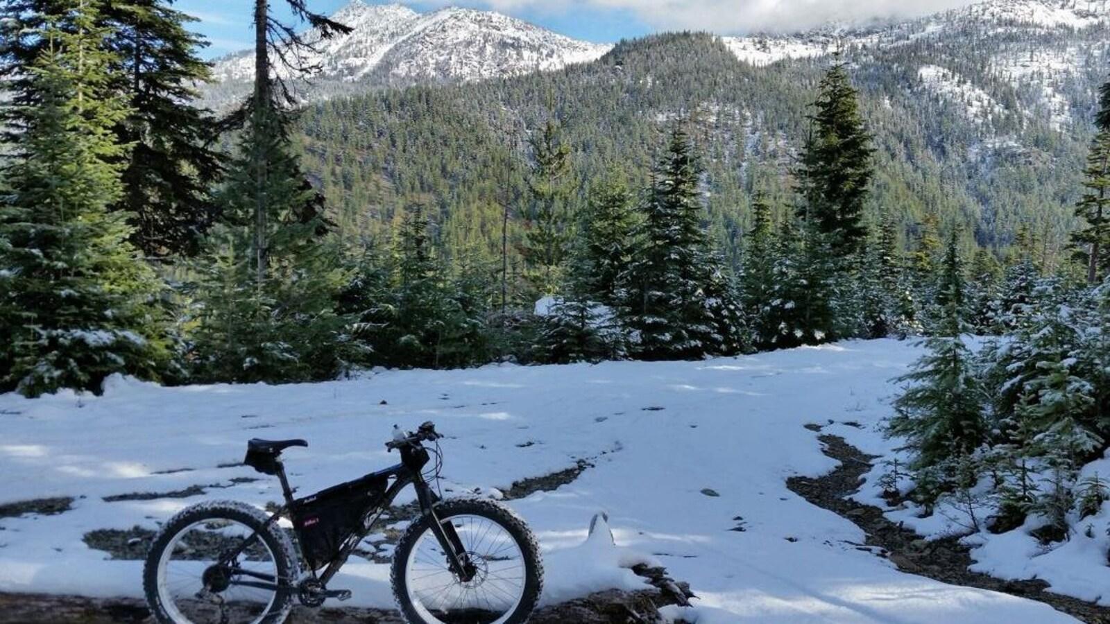 Des sentiers ont été aménagés pour les amateurs de vélos à pneus surdimensionnés (fatbike)
