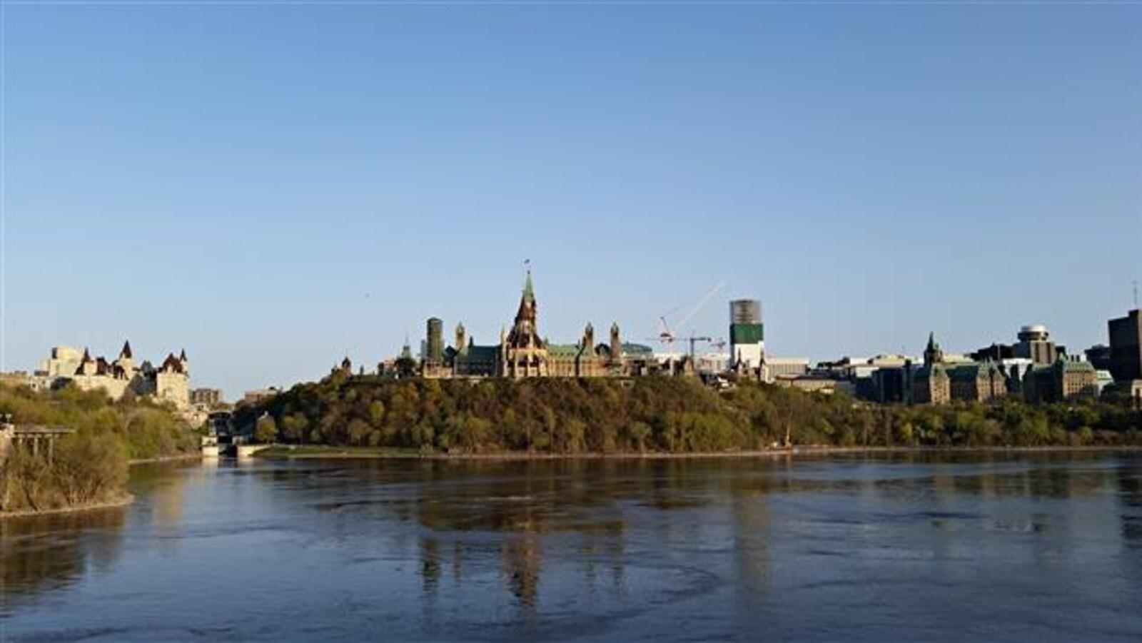Le Parlement surplombe la rivière des Outaouais.