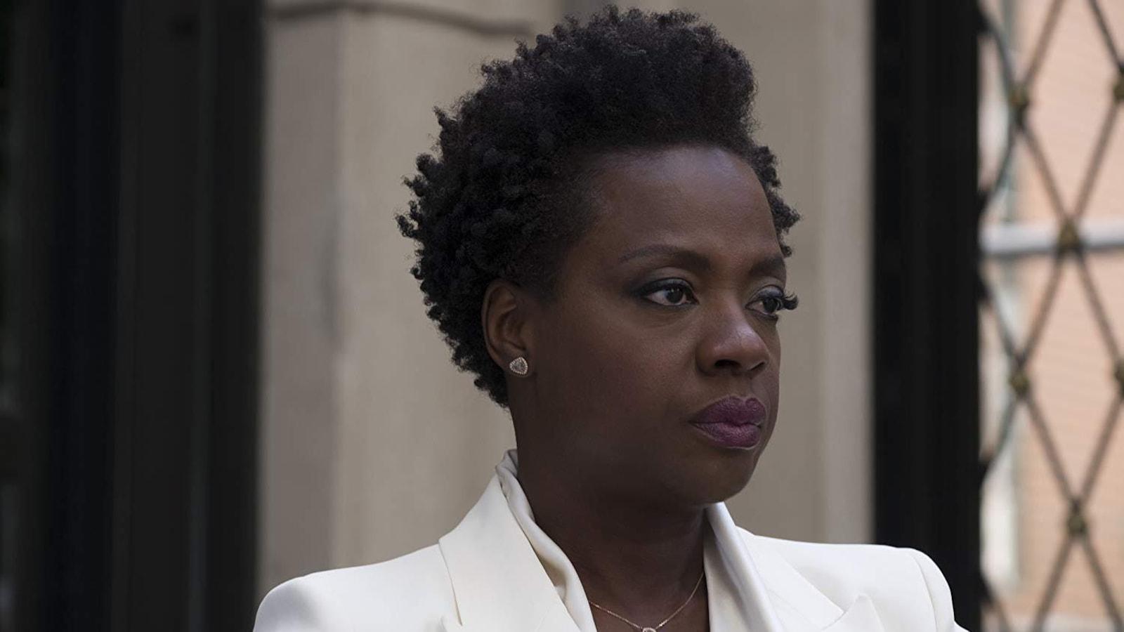 De profil, Viola Davis regarde au loin, le visage fermé.