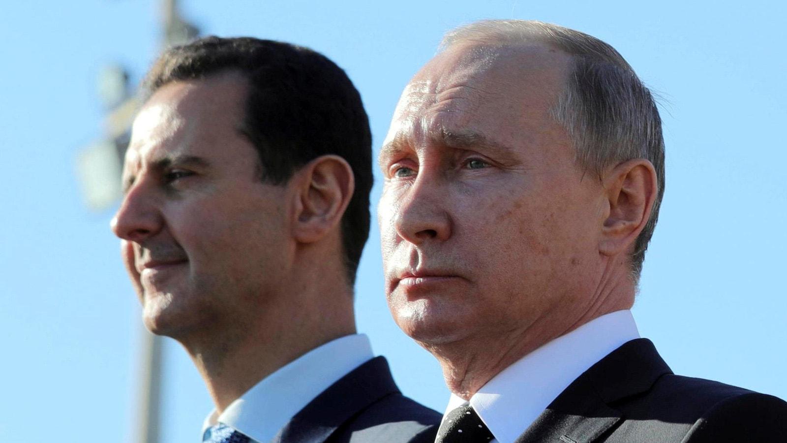 Le président syrien Bachar Al-Assad et son homologue russe Vladimir Poutine ont visité une base aérienne militaire dans la province de Latakia, en décembre 2017.