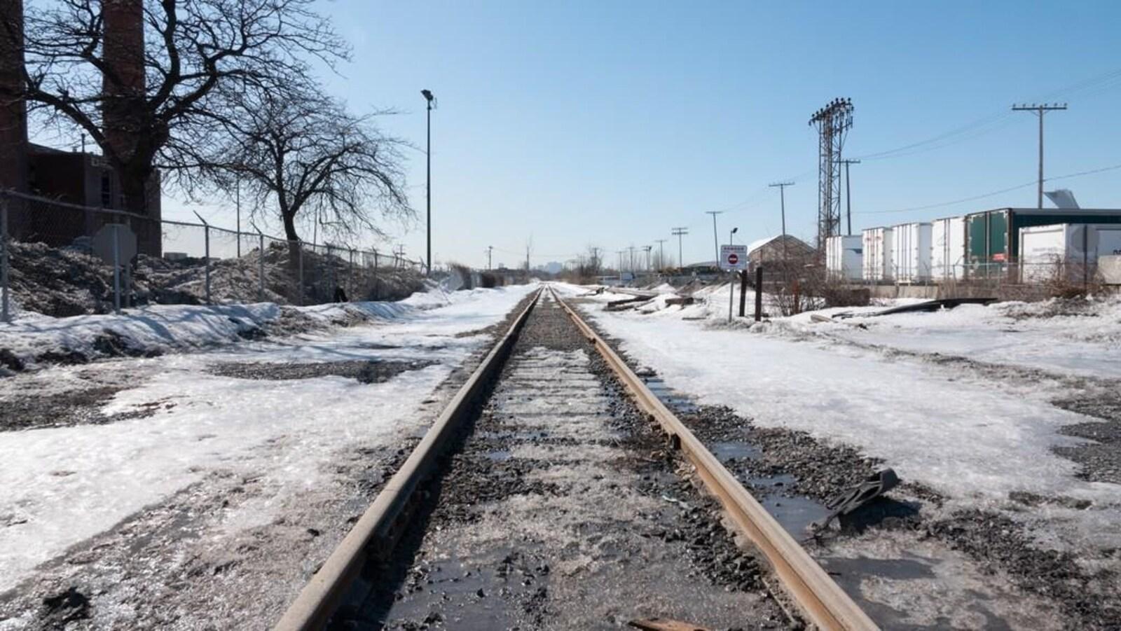 Une voie ferrée dans une zone industrielle