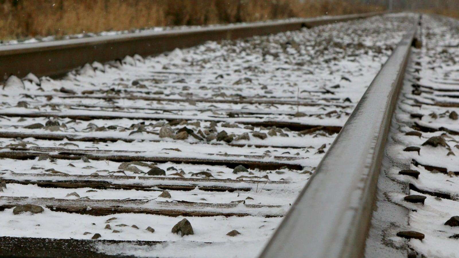 Une voie ferrée couverte de neige