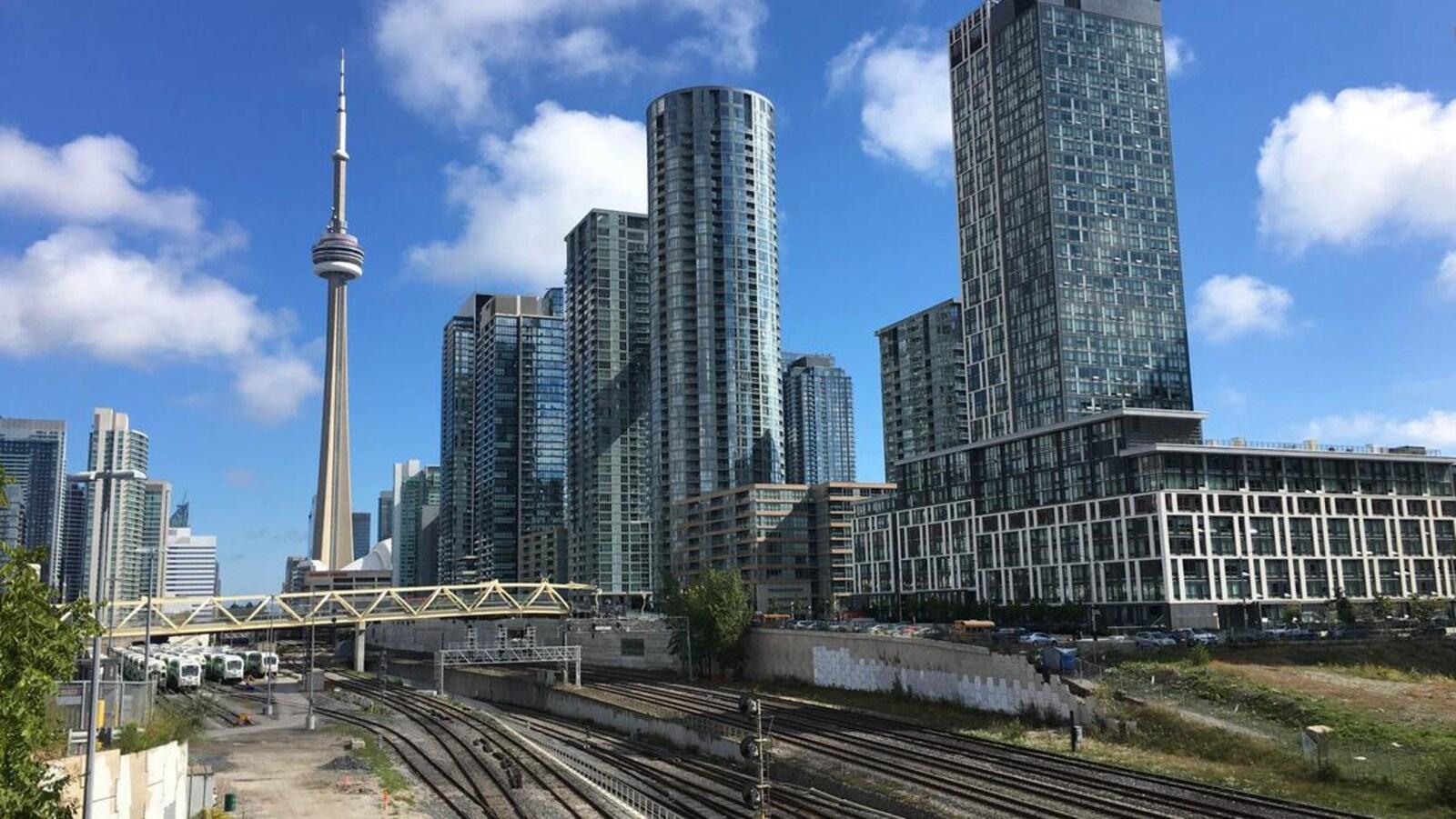 Des voies ferrées et la Tour CN