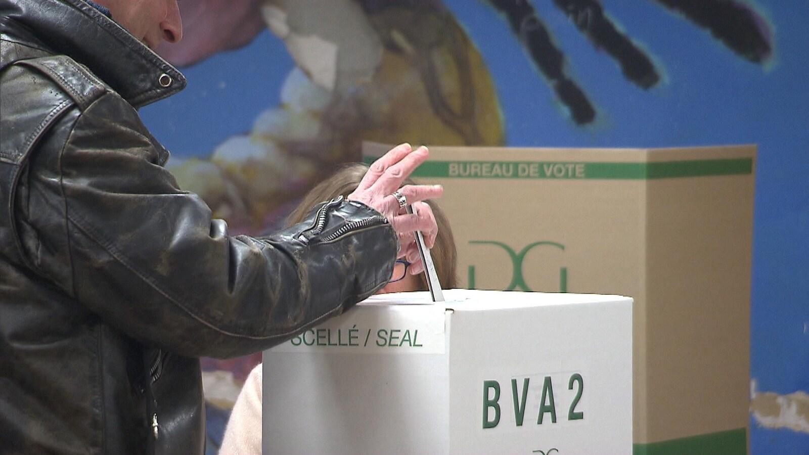 Un bulletin de vote et une boîte de scrutin.