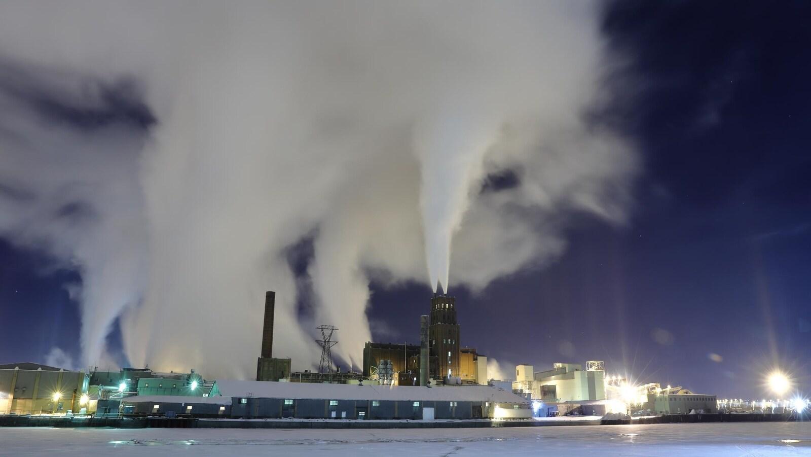 L'usine White Birch dont les colonnes de fumée sont visibles à des kilomètres à la ronde.