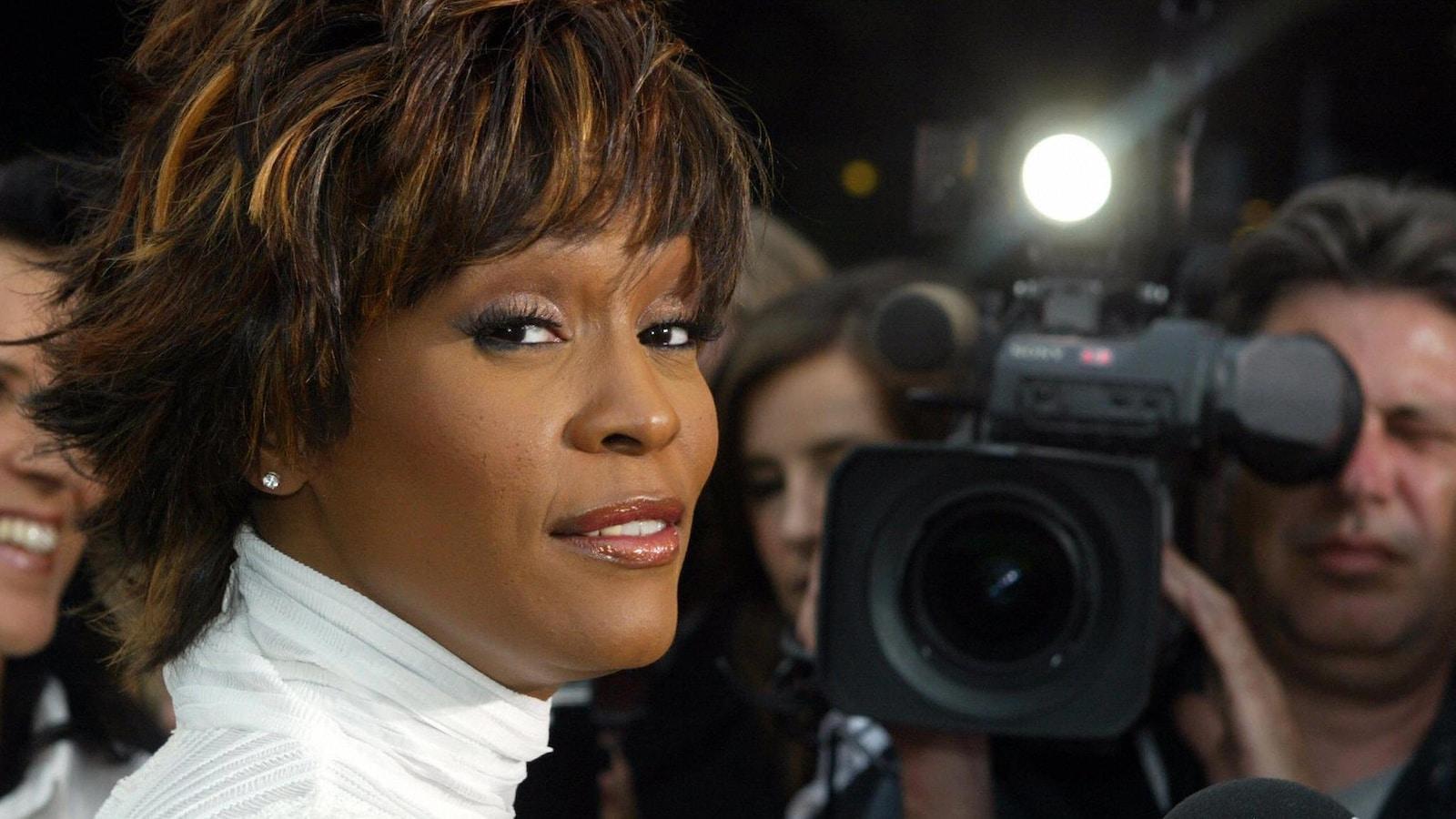 Whitney Houston passe devant les caméras à Hambourg, en 2004, pour recevoir une importante disctintion aux Women's World Awards.