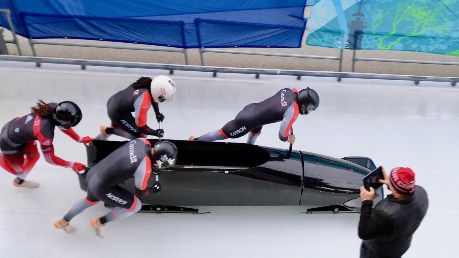 William Auclair de Québec, qui pousse à la droite du bob, a réussi son pari de se tailler un poste parmi l'équipe canadienne de bobsleigh.