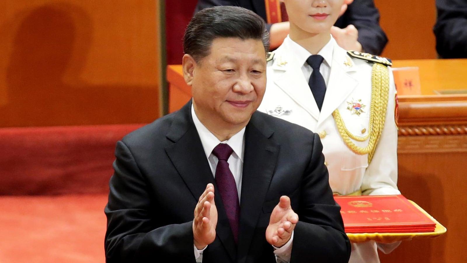 Le président chinois applaudit.