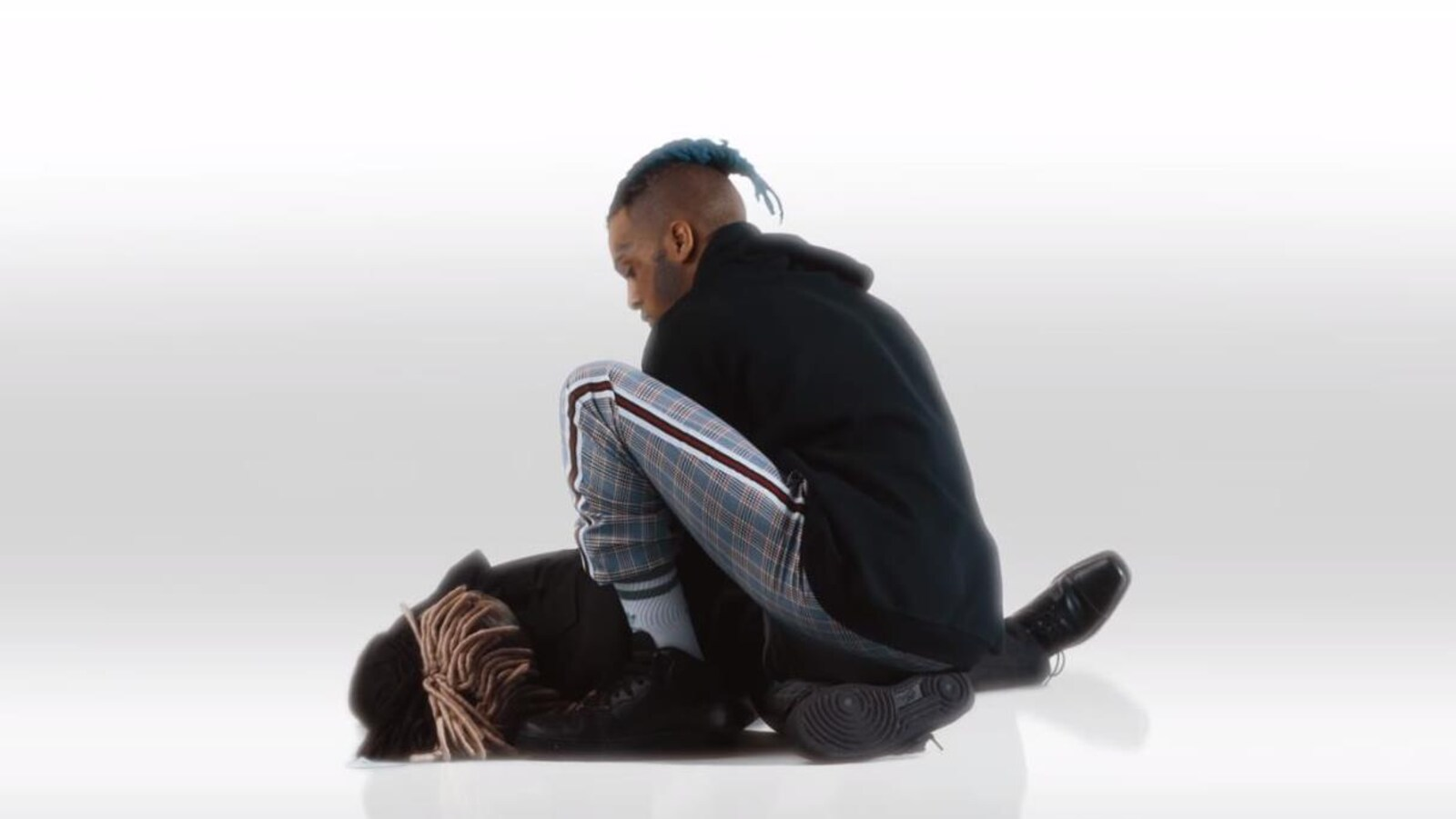 Le rappeur XXXTentacion se penche au-dessus de son cadavre dans une vidéo tournée quelques semaines avant qu'il ne soit abattu en Floride.