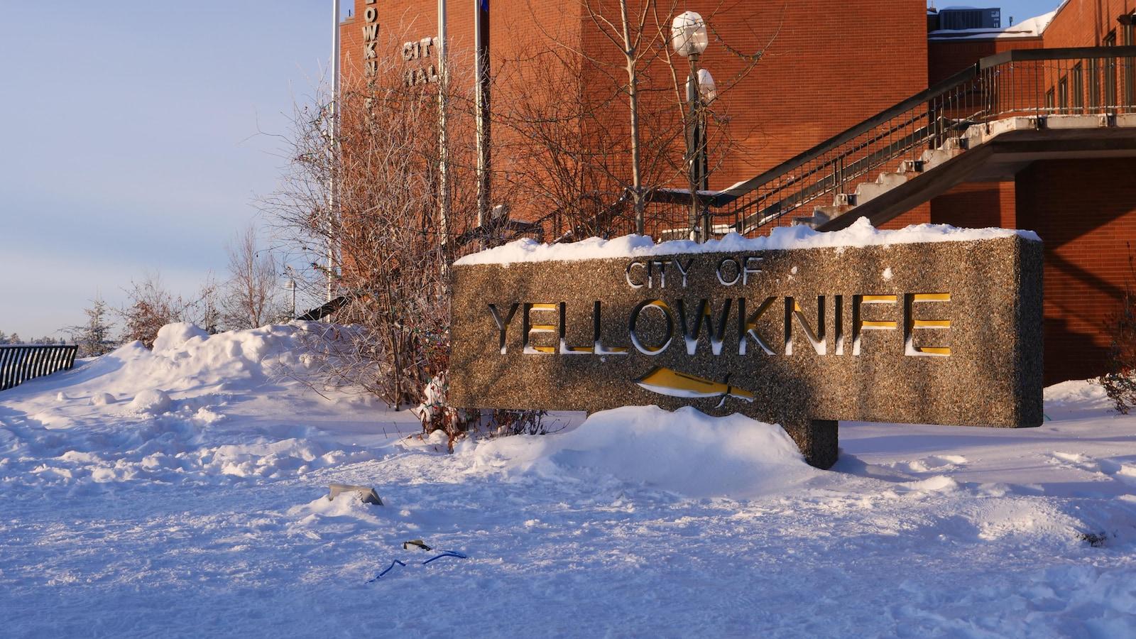 La façade de l'hôtel de ville de Yellowknife.