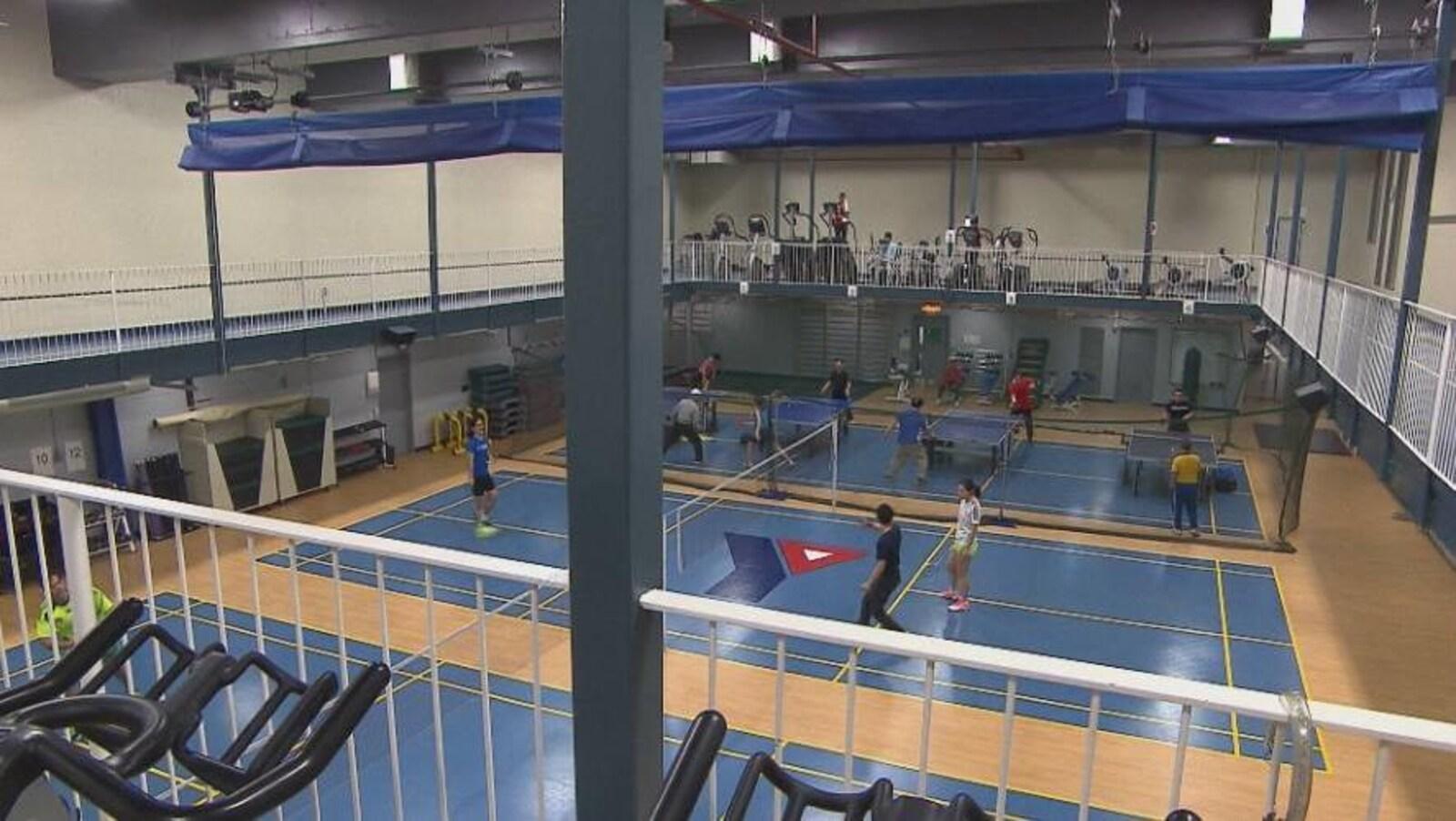 Des membres du YMCA jouent au badminton et au ping-pong.