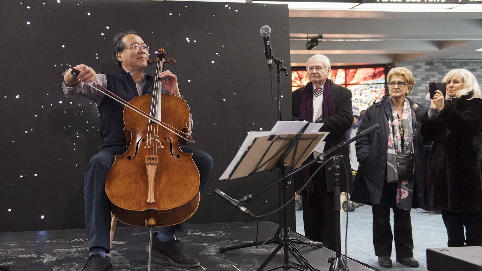 Yo-Yo Ma joue du violoncelle dans une station de métro.